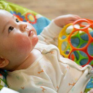 乳児におもちゃをプレゼントしたい!おすすめのおもちゃとは?