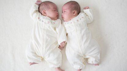 双子のワンオペ育児を乗り切る!お風呂・離乳食・外出のコツを解説