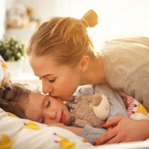 子供と寝室は別がいい? 子供と一緒に寝る効果と寝室を分けるタイミング