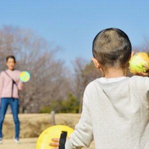 運動を子供とするならどんなおもちゃがいい?外遊びと室内別に紹介!