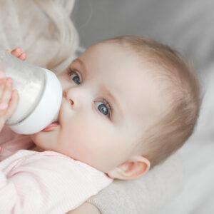 赤ちゃんのミルク量の目安は? 生後0〜6ヶ月までのミルク量の目安を紹介