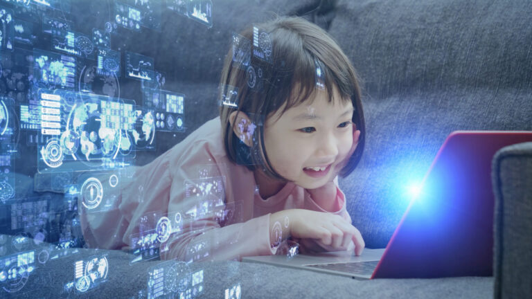 スマホ、タブレット端末、パソコンなどのICT機器で自分の知識を広げていく子供