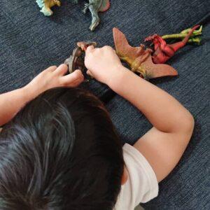 【チュートリアル福田の育児エッセイ・83】トレイに座りたくなるような工夫を考えています。