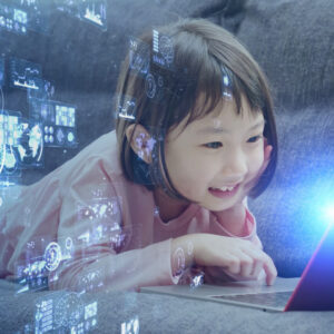 パソコンを自由に操作し新たなプログラムを自作する子供