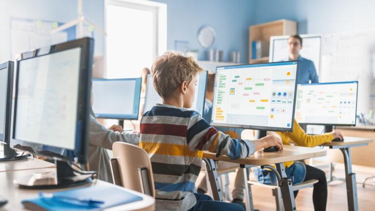 学校でプログラミング授業を受ける子供たち