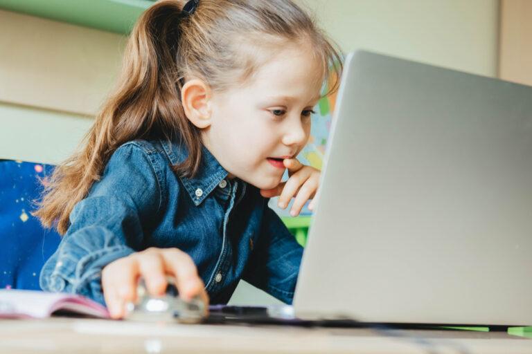 パソコンで自主学習する女の子