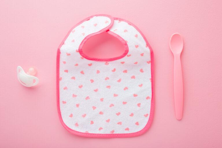 ピンクのスタイとスプーンとおしゃぶり