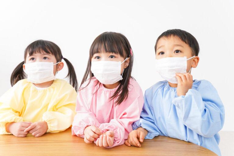 コロナ感染症予防のためにマスクをする3人の園児