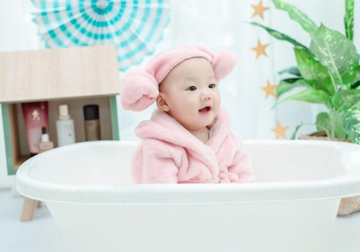 新生児の沐浴はいつまで?お母さんと一緒に入浴する手順も解説!