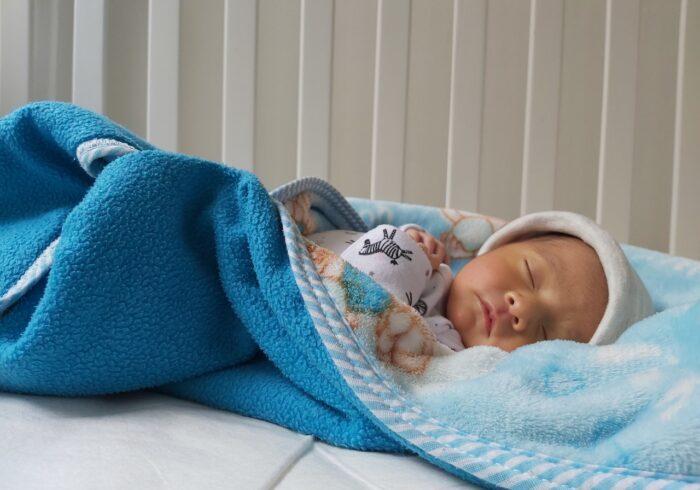 新生児に添い寝は必要?メリット・デメリット・コツを解説