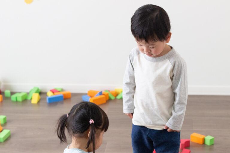 おもちゃの貸し借りトラブルで反省し女の子に謝る男の子