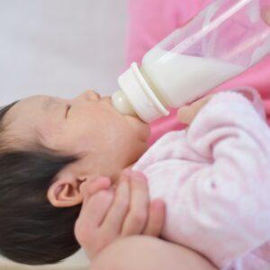 赤ちゃんのミルクの授乳間隔はどれくらい空ける?月齢別の目安とは