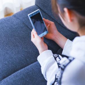 スマホ SNS 見る 中毒 留守番 コミュニケーション 女性 中学生 高校生 日本人 ソファー 休校